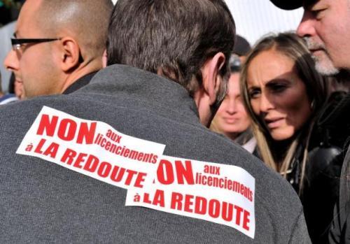 Des employés de la Redoute, le 31 octobre 2013 en face du site de Wattrelos (Nord) après l'annonce mardi d'au moins 700 licenciements dans l'entreprise en France et à l'étranger
