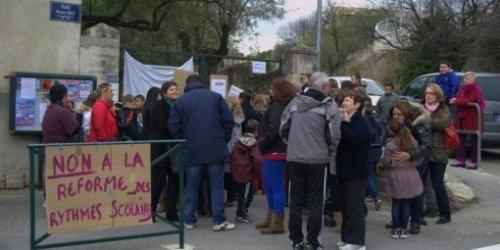 Les parents d'élèves bloquent l'entrée de l'école primaire
