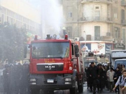 La police repousse une manifestation dans les rues du Caire, avec l'aide d'un canon à eau, le mardi 26 novembre 2013.