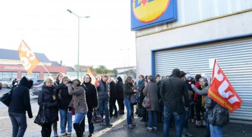 Les salariés ardennais hier matin devant le Lidl de la Ronde Couture.