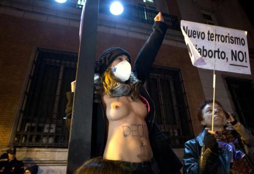 """Certaines n'ont pas hésité à manifester seins nus, à l'image des Femen, pour faire valoir leur droit à la liberté de choisir. Le président de la Fédération du planning familial craint que des Espagnoles aillent de nouveau se faire avorter """"dans des lieux clandestins"""" à hauts risques.  JAVIER SORIANO / AFP"""