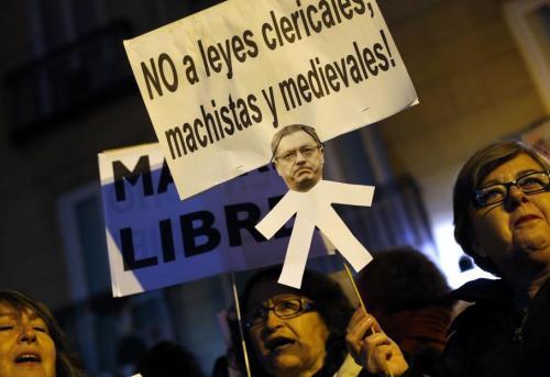 """Environ 2 000 personnes se sont rassemblées devant le ministère de la Justice aux cris de """"Gallardón démission"""" et avec ce type de slogans : """"Non aux lois cléricales, machistes et médiévales"""".  SUSANA VERA / REUTERS"""