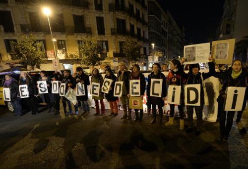 """Des pro-avortement ont également manifesté à Barcelone, avec ce type de slogans : """"Les femmes décident"""". Le projet de loi a toutes les chances d'être adopté au Parlement, le Parti populaire (droite au pouvoir) y disposant de la majorité absolue. LLUIS GENE / AFP"""