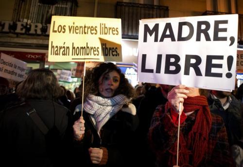 """Avec ce texte, l'Espagne se replace parmi les pays européens les plus restrictifs dans ce domaine. Féministes et socialistes dénoncent un """"retour de 30 ans en arrière"""". Pour ces manifestantes à Madrid, seuls """"des ventres libres rendront les hommes libres""""."""
