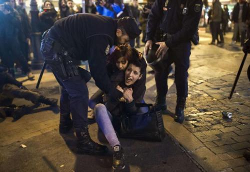 Les forces de l'ordre ont procédé à des interpellations en marge de la manifestation à Madrid. En dépit des fêtes de Noël, les pro-avortement comptent bien poursuivre leur mobilisation. ANDRES KUDACKI / AP / SIPA