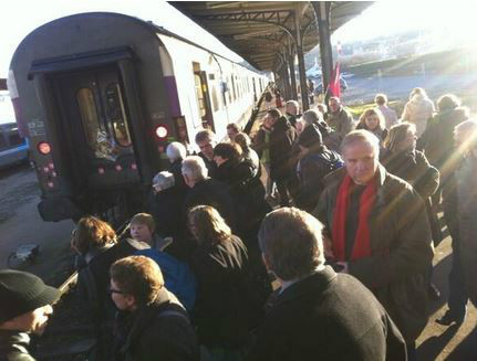 Les mécontents se sont rassemblés sur les quais, à la gare de Dieppe, dimanche 8 décembre 2013.