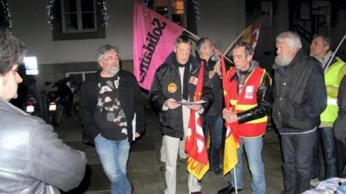 De gauche à droite, Philippe Vital, d'AC ! Trégor, Benoit Dumont, de l'union locale de la CGT, et Gilles Hely, délégué fédéral de la branche transport de la CGT.