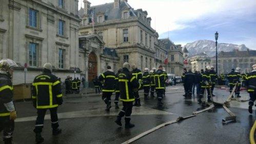 Vendredi, les sapeurs-pompiers ont manifesté devant la préfecture à Grenoble. Photo Le DL