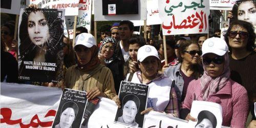Manifestation en mars 2012 dénoncer la mort d'Amina Al-Filali. La jeune femme s'était suicidée après avoir été contrainte d'épouser l'homme qui l'avait violée.