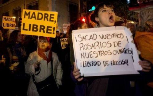 De nombreuses manifestations se tiennent en Espagne , contre le projet de loi du gouvernement de droite interdisant l'avortement.