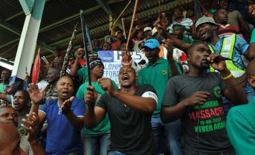 Des mineurs manifestent après avoir rejeté l'offre patronale d'augmentation, à Marikana, le 30 janvier 2014 (AFP, Alexander Joe)