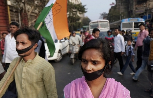 Des centaines de personnes manifestent depuis vendredi pour dénoncer l'inaction du gouvernement pour protéger les victimes de viol. Une jeune fille a été brûlée vive le 23 décembre après avoir été menacée de représailles. Elle a succombé à ses blessures mercredi dernier.