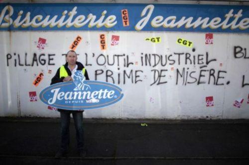 Un travailleur pose lundi à Caen devant l'usine Jeannette, dans le cadre de l'occupation des lieux par les anciens salariés qui s'opposent à la vente des machines. (Photo Charly Triballeau. AFP)