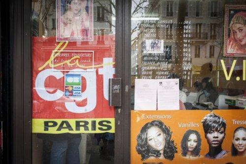 Une devanture de salon de coiffure décorée d'une affiche singulière. Photo de Valentina Camozza