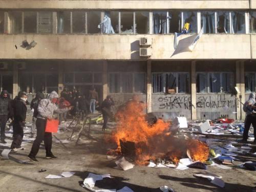 """Bâtiment du gouvernement à Tuzla, 7 février. Sur le mur on peut lire """"Ostavke svi ! Smrt nacionalizmu !"""" (Qu'ils dégagent tous ! Mort au nationalisme !)"""