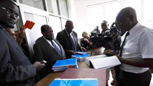 Des défenseurs des droits des homosexuels apportent une pétition contre la nouvelle loi, à Kampala le 11 mars 2014.