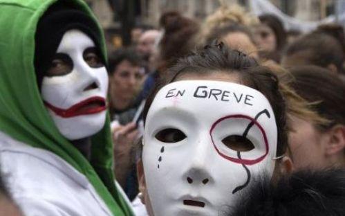 Des sages-femmes en grève manifestent à Paris, le 14 février 2014. Joel Saget