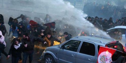 Les forces de l'ordre ont fait usage de canons à eau pour déloger les manifestants qui bloquaient une artère de la capitale. | REUTERS/UMIT BEKTAS