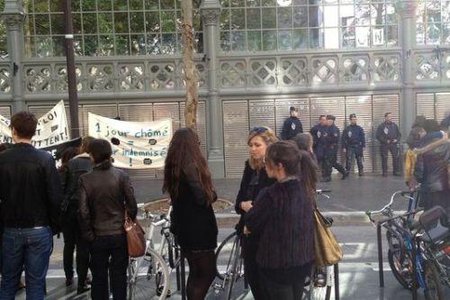 Manifestants et forces de l'ordre face-à-face devant le Carreau du Temple occupé par les intermittents et précaires, samedi 22 mars 2014. | LE MONDE/CLARISSE FABRE