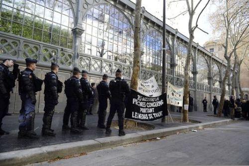 Des forces de police encerclent le Carreau du Temple à Paris (3e), samedi 22 mars, occupé par des artistes et techniciens travaillant dans le milieu du spectacle. | ALAIN JOCARD/AFP