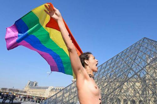 626775-une-femme-manifeste-nue-devant-le-louvre-contre-l-oppression-dans-le-monde-arabe-et-musulman-a-paris