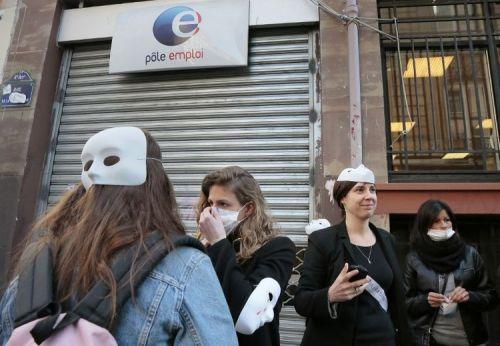 Des sages-femmes se sont symboliquement rendues dans une agence Pôle emploi pour demander une reconversion, le 20 mars 2014 à Paris. (Photo Jacques Demarthon. AFP)