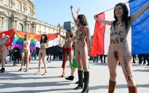 7770271413_sept-femmes-nues-ont-manifeste-devant-la-pyramide-du-louvre-le-8-mars-2014-archives