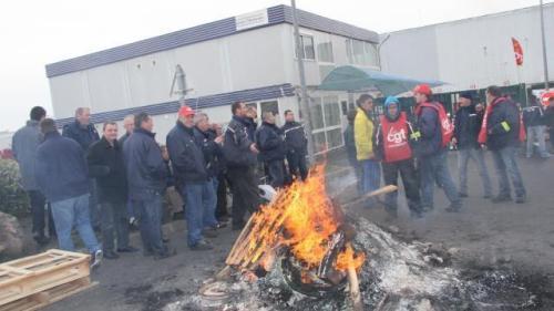 Un piquet de grève a été installé à l'entrée de l'entrepôt Logidis de Carpiquet, près de Caen.© Ouest-France