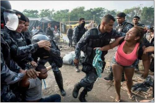 Pendant l'opération de police, certaines scènes font froid dans le dos, rappelant les images de répression de régimes dictatoriaux. /AP
