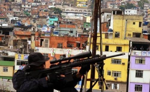 435117_un-policier-securise-une-ecole-de-la-rocinha-la-plus-grande-favela-du-bresil-le-20-septembre-2012-a-rio