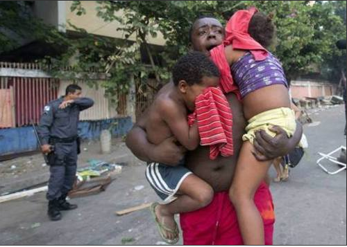 Parmi les personnes blessées durant l'opération, certains ne sont que des enfants. /AP