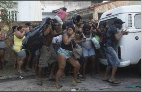 Pour se protéger des assourdissantes grenades et des gaz lacrymogènes tirés par la police, des habitants se cachent où ils peuvent. /AP