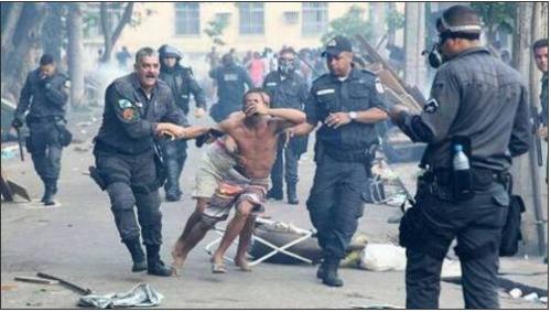 Les contestataires, qui ont participé à des jets de pierres, traités en conséquence par les policiers de Rio. /AP