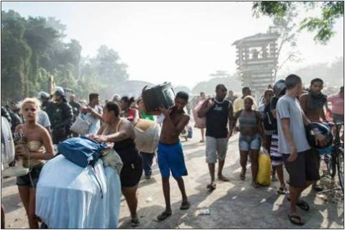 De nombreuses familles ont vidé les lieux, résignées et sans volonté de protestation. /AP