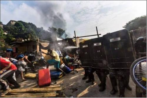 Les forces de l'ordre ont fait usage de gaz lacrymogènes afin de convaincre les derniers récalcitrants. /AP