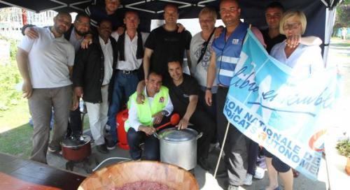 La résistance s'organise au piquet de grève. Avec deux anciens cuisiniers reconvertis, les grévistes ont de quoi se restaurer.