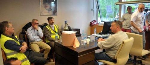 es salariés de l'usine Seita de Carquefou demandent un droit d'information sur l'avancée du projet de fermeture, qui menace 327 emplois, et retiennent plusieurs cadres de l'entreprise dans le bureau du directeur. | PhotoPQR / Presse Océan / Nathalie Bourreau