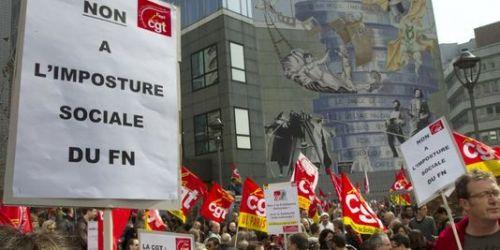 Des personnes participent à un rassemblement devant le siège de la CGT, en mars 2011 à Montreuil, contre un délégué CGT qui s'est présenté comme candidat du Front national aux élections cantonales en Moselle. | AFP/JACQUES DEMARTHON