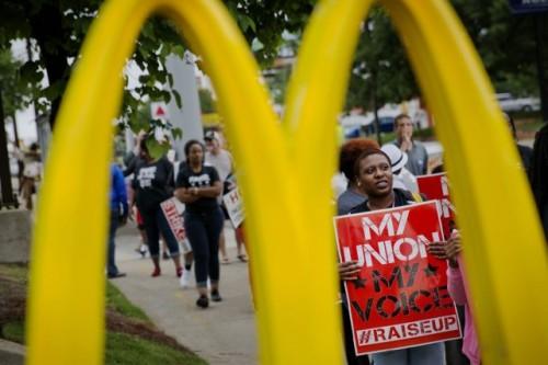 Les manifestations de travailleurs de la restauration rapide, comme celle-ci à Atlanta cette semaine, se sont multipliées depuis 18 mois, Il semble qu'elles soient fructueuses: depuis le début de l'année, 13 États américains ont augmenté leur salaire minimum. PHOTO DAVID GOLDMAN, AP