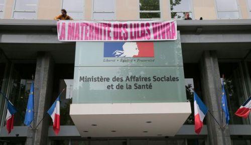 """Des grimpeurs ont déployé une banderole """"la maternité des Lilas vivra"""" sur la façade du ministère de la Santé mercredi 7 mai 2014 à Paris - afp.com / Jacques Demarthon"""