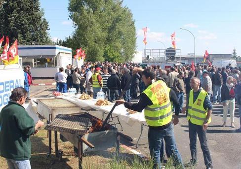 200 salariés de l'automobile de la Vienne sont venus soutenir les ouvriers de Federal Mogul, hier.