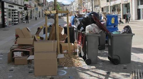 Rue Victor-Hugo hier en fin de matinée. Les ordures ménagères et les cartons commencent à s'accumuler sur la voie publique. Une rencontre hier matin dès 6h entre Philippe Mauffrey et les grévistes n'a donné aucun résultat.