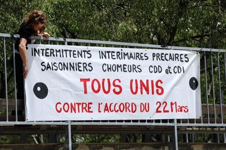 Une femme pose une bannière à Montpellier le 6 juin 2014 pour la reconduction de la grève des intermittents © SYLVAIN THOMAS / AFP