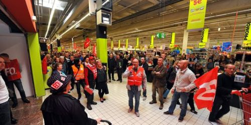 Mouvement de grève chez les salariés d'Auchan Petite-Forêt (Nord), le 19 avril. | MAXPPP/VOIX DU NORD/Bruno Fava