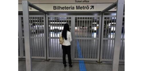 Un usager du métro de Sao Paulo, le 5 juin 2014 se trouve devant l'entrée du métro, fermée pour le deuxième jour consécutif suite à la grève des employés (c) Afp