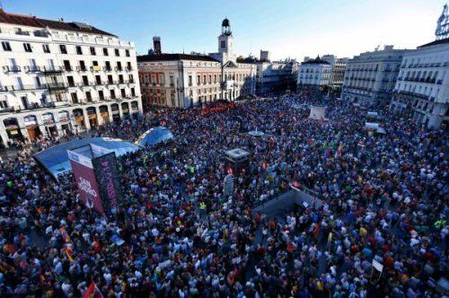 07.06 Des milliers de personnes ont envahi les rues de Madrid samedi, pour protester contre la monarchie, qui «ne sert à rien».