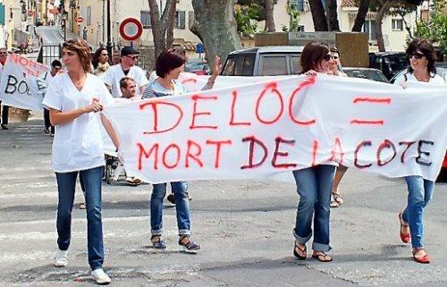 Des manifestants ont bloqué la route durant quelques minutes, puis ont défilé dans le village. Les responsables syndicaux ont lancé l'appel à une prochaine mobilisation le 19 juin. (Photo par Photos Vé. P.)