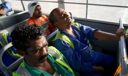 Travailleurs migrants exténués après une journée de travail. (Photo : Pete Pattisson)