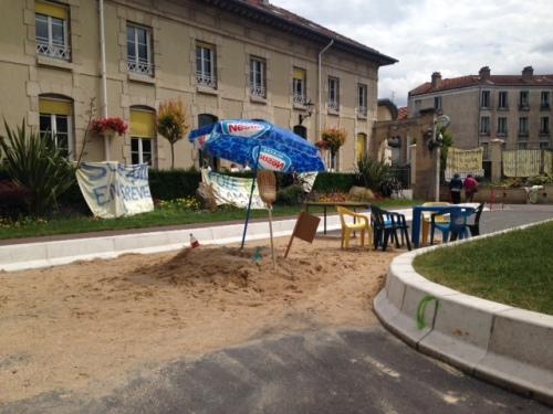 La mini-plage dans la cour d'honneur de l'hôpital psychiatrique de Villejuif, le 30 juin 2014 (Ramsès Kefi/Rue89)