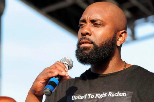 Michael Brown sénior, le père du jeune noir américain abattu par un policier blanc le 9 août dernier à Ferguson, a appelé au calme lors d'un rassemblement dimanche.